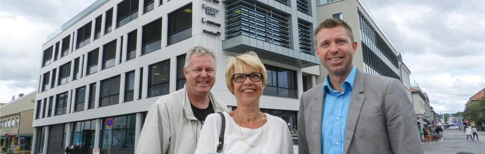 Foto: Hans Petter Kjøge og Reidun Christiansen i HA er fornøyde med flyttingen. Her med Pål Kynningsrud.